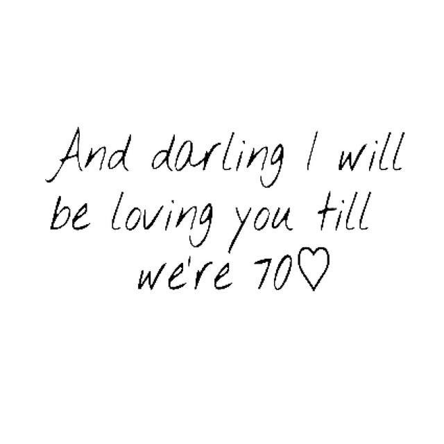 Siamo diventate esigenti. Vogliamo l'amore ma controlliamo che lui non indossi calzini in spugna bianchi. E di questo passo ci innamoreremo a 70 anni.